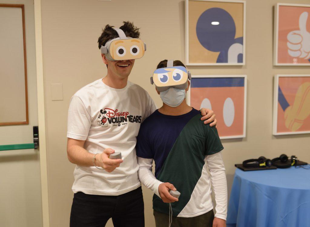 Voluntario de Disney con paciente. Foto: Disney